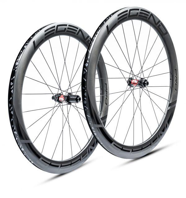 Roues carbone disque tubeless en 55mm, rigides et aero. Moyeux DT swiss 350 - 240 EXP - 180 EXP au choix.