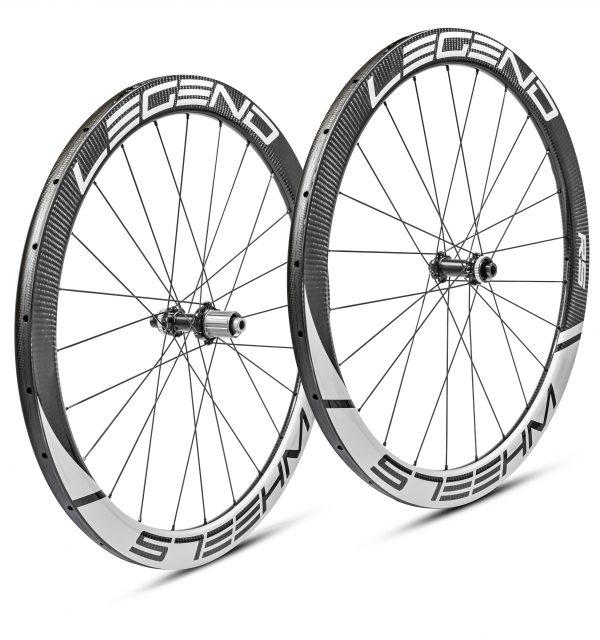Roues carbone disque boyaux en 50 mm, ultra légères et rigides. Moyeux DT swiss 350 - 240EXP - 180EXP au choix.