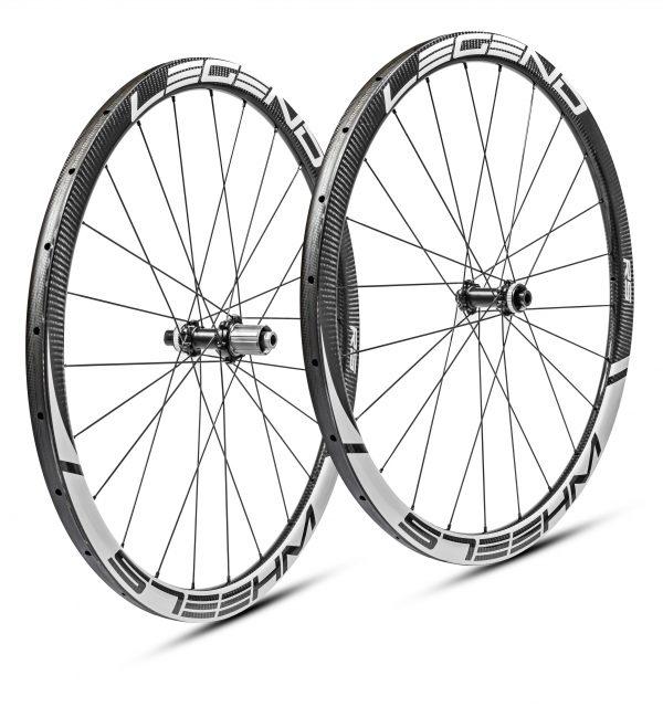 Roues carbone disque boyaux en 38 mm, ultra légères. Moyeux DT swiss 350 - 240 EXP - 180 EXP au choix.