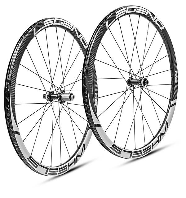 Roues carbone disque tubeless en 38 mm, légères et polyvalentes. Moyeux DT swiss 350 - 240 EXP - 180 EXP au choix.